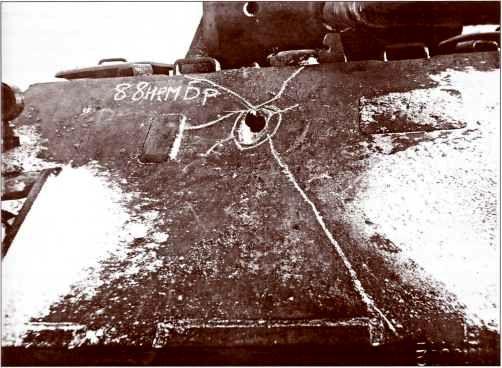 При попадании в верхний лобовой лист корпуса «Пантеры» снаряд рикошетировал, но сделал пролом и откол размерами 300х250 мм.