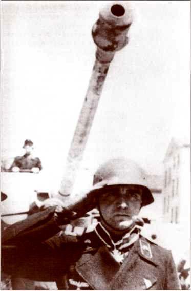 Оберлейтенант Вольфганг Ремер, командир ремонтной роты 654-го батальона, в момент награждения Рыцарским крестом Креста военных заслуг с мечами 4 июня 1944г. в Санкт-Пельтене, Альпийские и дунайские рейхсгау.