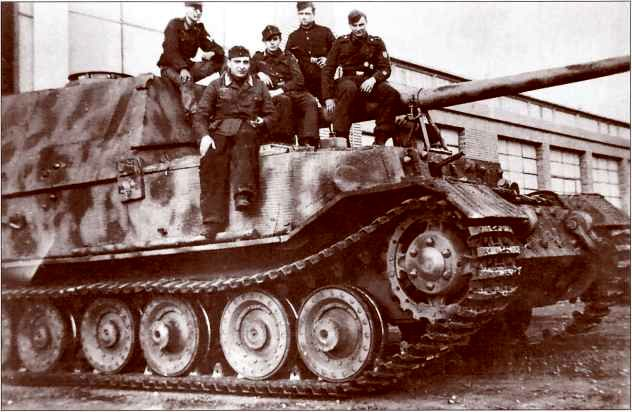 «Фердинанд» 1-й роты 653-го батальона перед мастерской в Риме, март 1944г. На самоходке хорошо заметна новая <a href='https://arsenal-info.ru/b/book/3397331535/7' target='_self'>командирская башенка</a>.