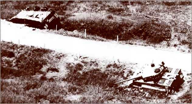 На фото слева: перевернувшийся «Фердинанд» №144 (командир — унтерофицер Вернер Кюль), увяз в кювете и был подбит союзниками. Справа: танк «Тигр», уничтоженный на обочине той же дороги.