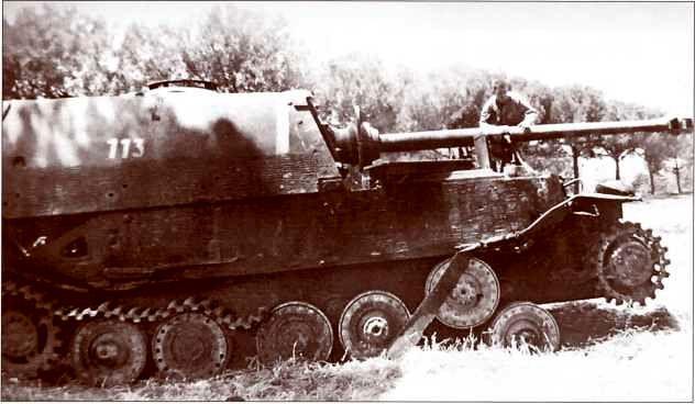 """""""Элефант"""" №113 фельдфебеля Эдмунда Рооса. 25 мая 1944г. ходовая самоходки была повреждена артиллерийским огнём, заряжающий Тобиас погиб. Машина была брошена экипажем."""