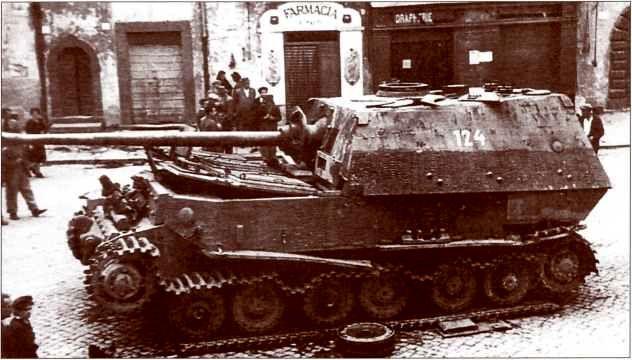 «Элефант» №124 был оставлен экипажем из-за механического повреждения ходовой части на площади Виктора-Эммануила III в городе Сорианонель-Чимино.