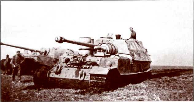 «Элефанты», застрявшие в мягком грунте сразу по прибытии на Восточный фронт. Самоходка на переднем плане снабжена бочками с горючим. Бережаны, 8 апреля 1944г.