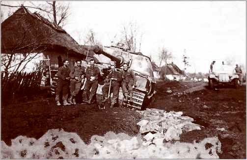 """Члены экипажа застрявшего в грязи """"Фердинанда"""" позируют фотографу, видимо, ненадолго прервав его выкапывание. Район Тарнополя, апрель 1944г."""