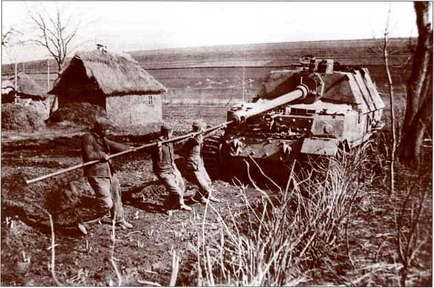 """""""Элефант"""" 3-й роты 653-го батальона в Галиции, май 1944г. Чистить ствол пушки после каждого выстрела было задачей не из лёгких."""