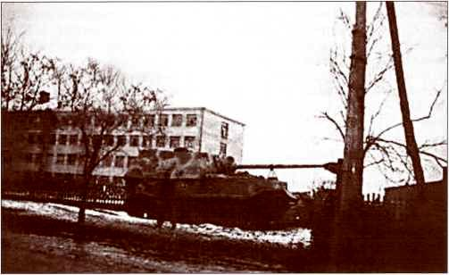 Едва ли не единственное фото одного из двух «Элефантов», бесславно закончивших свой боевой путь в Берлине победной весной 1945г.