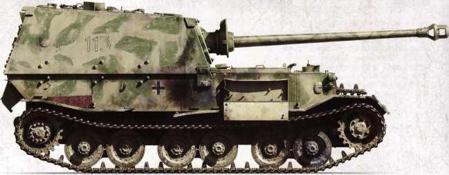 «Фердинанд» №113 (командир — вероятно, фельдфебель Карл Ведлер) 1-й роты 653-го батальона тяжелых истребителей танков. Был потерян на Курской дуге после попадания снаряда в ходовую часть. Хорошо заметны открытый ящик для инструментов и поврежденная надгусеничная полка.
