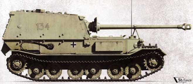 «Фердинанд» №134 (командир — унтер-офицер Рейнгольд Шлабс) 1-й роты 653-го батальона тяжелых истребителей танков. На самоходке еще отсутствует камуфляж, наносившийся по прибытию техники на фронт. Заметен гусеничный трак, уложенный на переднем бронелисте. В ходе боев 6–7 июня 1943г. №134 угодил под огонь собственной <a href='https://arsenal-info.ru/b/book/1036139503/129' target='_blank'>артиллерии</a>, был обездвижен и брошен.