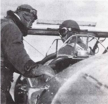 Курсант, готовый к самостоятельному полету, получает последние распоряжения перед тем, как впервые взлететь самому.