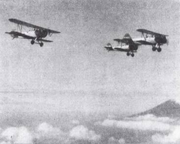 После того как курсанты осваивали одиночные полеты, переходили к полетам в строю. На снимке сотай из трех Тип 93 запечатлен на фоне горы Фудзи. Эти самолеты покрашены в серебристый цвет с красными крыльями — стандартная окраски учебных машин морской авиации до перехода на оранжево-желтую окраску.