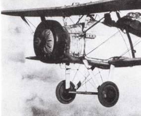 Для обучения «слепым» полетам кабину курсанта закрывали брезентовым колпаком, чтобы ему приходилось ориентироваться только по приборам.
