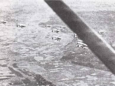 Промежуточная подготовка завершалась полетами в массовых построениях — это была последняя проверка готовности пилотов. До 1940г. курсанты именно после этого получали свои «крылья».