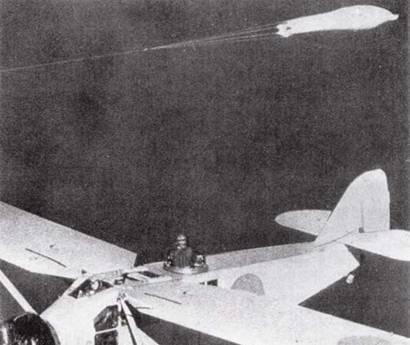 И пилоты, и наблюдатели уделяли большое внимание обучению ведения стрельбы. На снимке: стрелок, стоящий в люке фюзеляжа учебного самолета Тип 90, прицеливается в парашют, используемый в качестве воздушной мишени.