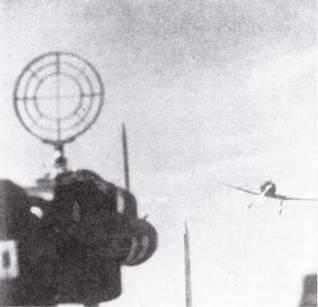 Курсант наводит фотопулемет на палубный истребитель Тип 96 (А5М). Это практическое упражнение также входило в программу обучения пилотов. На самолетах японской морской авиации фотопулеметы применялись только в тренировочных целях, но не в бою.
