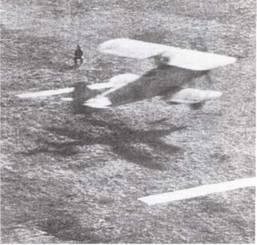 Обучение посадке на авианосцы начиналось с отработки приземлений на ограниченном пространстве, обозначеннат разложенными на земле полосами брезента: так приучали к размерам летной палубы авианосца.