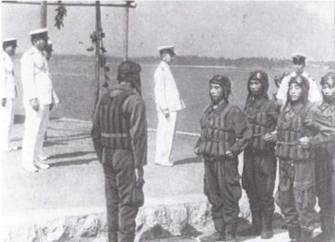Курсанты морской авиации при инспекционной проверке. Капоковые жилеты были «фирменным знаком» летчиков морской авиации Японии в годы Второй мировой войны. (Эдвард М. Йонг)