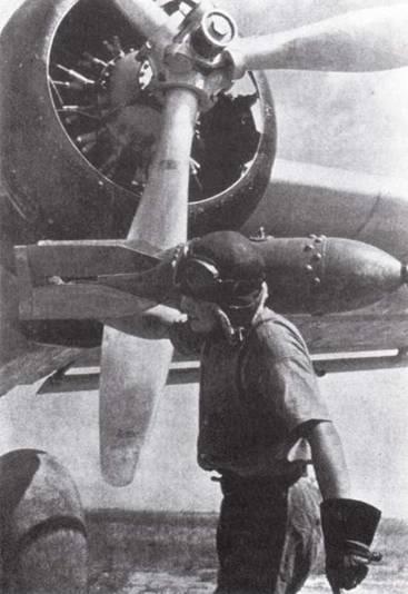 Экипажи бомбардировщиков японской морской авиации должны были сами загружать бомбы в свои самолеты. На снимке: член экипажа «Рикко» несет 60-кг бомбу. (Эдвард М. Йонг)