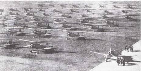 В учебных частях имелся но крайней мере один современный самолет, на котором пилоты готовились к реальной службе. На снимке: новенький палубный истребитель Тип 96 на краю летного поля, возле рядов тренировочных Тип 93-