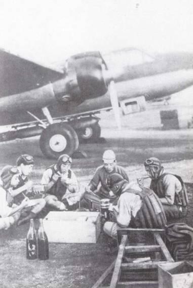 Экипаж торпедоносца наземного базирования подкрепляется перед боевым вылетом. Летчики одеты в спасательные жилеты, что говорит о том, что им предстоит действовать над морем, но парашюты не надеты. (Эдвард М. Йонг)