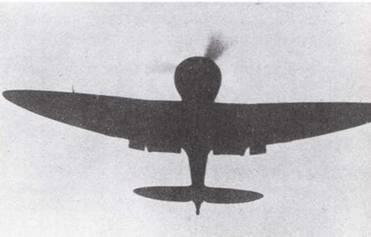 Выделяясь силуэтам на фоне неба, Тип 96 возвращается с задания в Китае. Скругленная форма крыльев была характерным признаком этого первого цельнометаллического истребителя японского флота. (Эдвард М. Йонг)