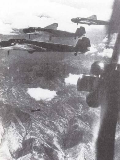 Торпедоносцы наземного базирования Тип 96 (G3M) в строю во время глубокого проникновения на территорию Китая. Такие дальние вылеты без прикрытия приводили к большим потерям среди «Рикко» от огня китайских истребителей до тех пор, пока у японцев не появился палубный истребитель Тип О (А6М). (Эдвард М. Йонг)