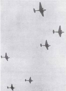 Самолеты Tun 96 «Рикко» в классическом строю сотай (звеньев из трех машин). (Эдвард М. Йонг)