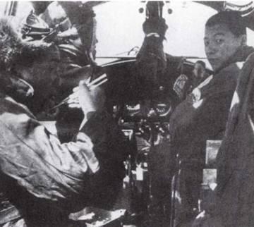 В дальние вылеты обычно брали с собой еду. На фото: младший штурман в кабине Тип 96 «Рикко» наслаждается рисом, упакованным в алюминиевую коробку для завтраков. Кабины Тип 96 были гораздо теснее, чем в торпедоносцах следующей модели, Тип 1 «Рикко» (G4M). (Эдвард М. Йонг)