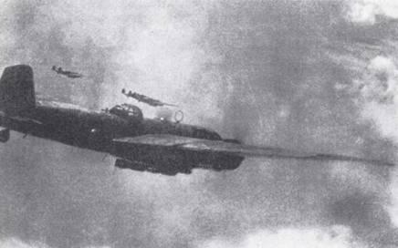 Резкие смены погоды над сушей создавали большие затруднения для торпедоносцев дальнего действия. На снимке: звено «Рикко» пробивается сквозь плотную облачность где-то в Юго-Восточной Азии. (Эдвард М. Йонг)