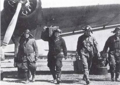 Довольные члены экипажа, вернувшегося с задания, несут свое снаряжение в паре чемоданов. Спасательных жилетов нет — значит, вылет проводился над сушей. Вновь отсутствуют парашюты: экипажи торпедоносцев гордились тем, что не надевают их при боевых вылетах. (Эдвард М. Йонг)
