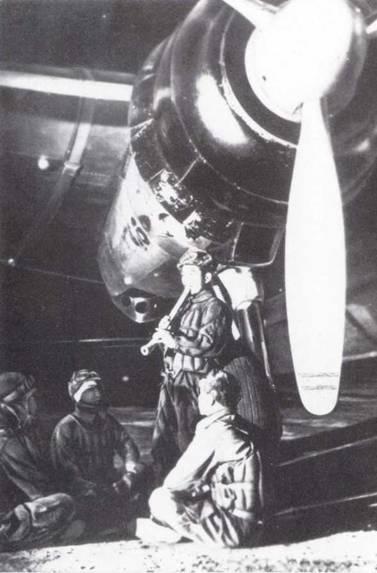 Члены экипажа торпедоносца наземного базирования в спокойные предзакатные минуты отдыхают, наслаждаясь мелодией японской флейты сакухачи. (Эдвард М. Йонг)