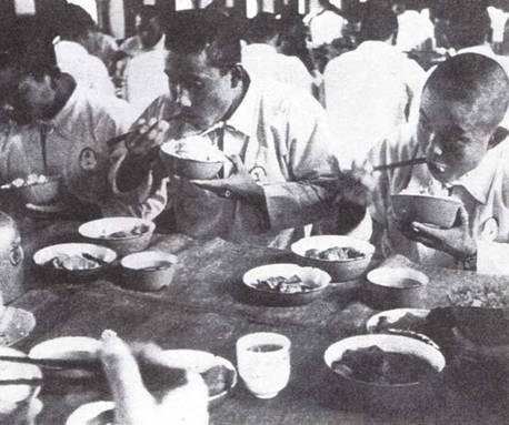 Перерыв для еды был недолог, но давал возможность отвлечься от лихорадочной рутины дня. Основой рациона матросов и старшин Императорского флота был рис, смешанный с ячменем. Чистый рис полагался мичманам и офицерам. (Эдвард М. Йонг)