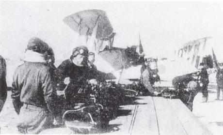 Курсанты Хирен готовятся к полету на самолетах первоначальной подготовки Тип 3. Первоначально машины, обозначавшиеся как K2Y1, оснащались радиальньм двигателем «Мицубиси Мангуст» мощностью 130 л.с., но самой большой серией выпускался показанный на снимке K2Y2 со 160-сильным двигателем «Хитачи Камикадзе».