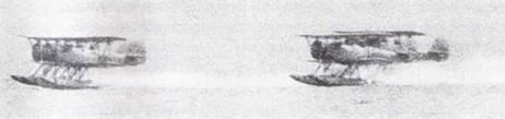 Учебные самолеты Тип 93 (вариант гидроплана K5Y2) отрабатывают взлет в строю.