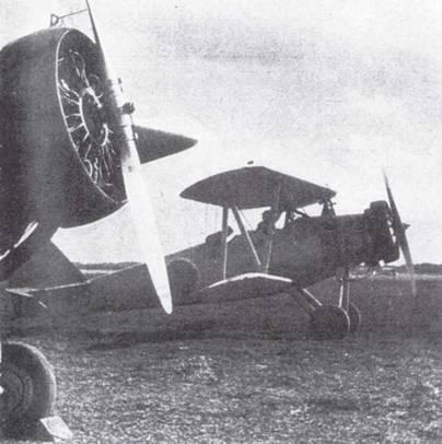 После прохождения первоначальной летной подготовки курсанты переходили на самолеты промежуточной подготовки Тип 93. Модели самолета с неубирающимися шасси было присвоено обозначение K5Y1. Курсанты, летавшие на таких машинах, гордо именовались акатомбо («красные летящие драконы»)— название, происшедшее от оранжево-желтой окраски самолета, принятой в 1939г.