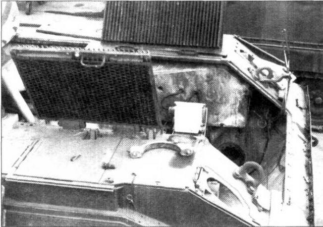 Моторно-трансмиссионное отделение танка. Силовой блок демонтирован, кормовой лист снят, створки крыши с жалюзи воздухопритока откинуты