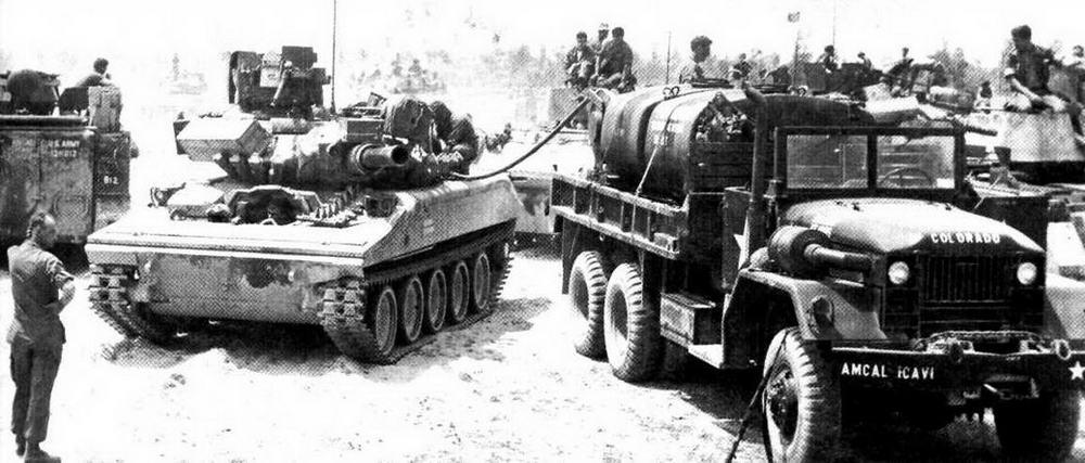 Заправка топливом «Шеридана» из 1-го эскадрона 1-г о кавалерийского полка. Вьетнам, весна 1970 года. На этой машине установлена заводская бронезащита крупнокалиберного пулемета