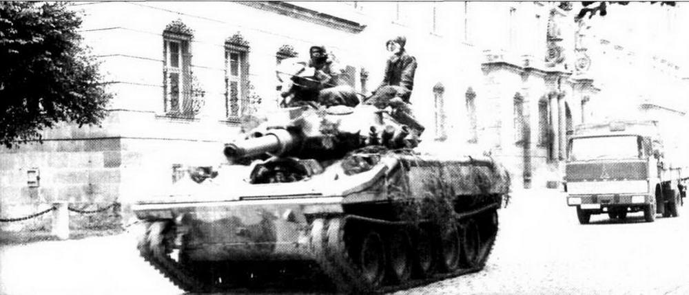На улице немецкого города — один из «Шериданов» 1-й американской пехотной дивизии, переброшенной в Европу в ходе учений «Рефорджер-74»