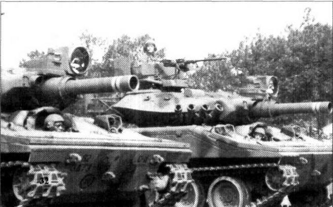 «Шериданы» 82-й воздушно-десантной дивизии. У правой машины на командирской башенке установлен лазерный дальномер