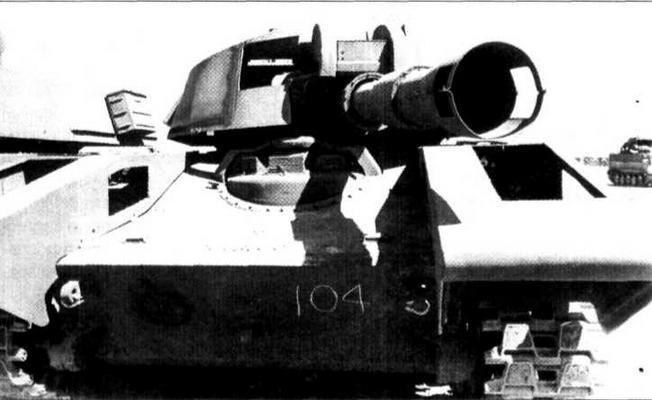 Примерный внешний облик Т-72 имитировался стеклопластиковой конструкцией башни, надевавшейся поверх башни «Шеридана» (фото в центре), и фальшивым стволом пушки