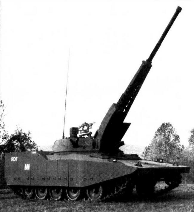 Первый вариант экспериментального танка RDF/LT с 75-мм пушкой ARES и одноместной башней перед штаб-квартирой фирмы «ААI Корпорейшн» (вверху) и на полигоне