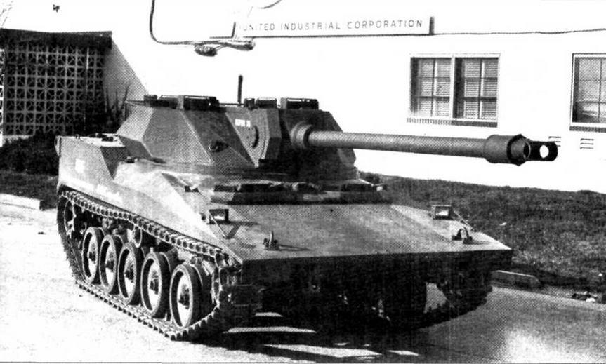 Третий вариант танка RDF/LT у штаб-квартиры фирмы «АА1 Корпорейшн» (спев а) и на полигоне (внизу)