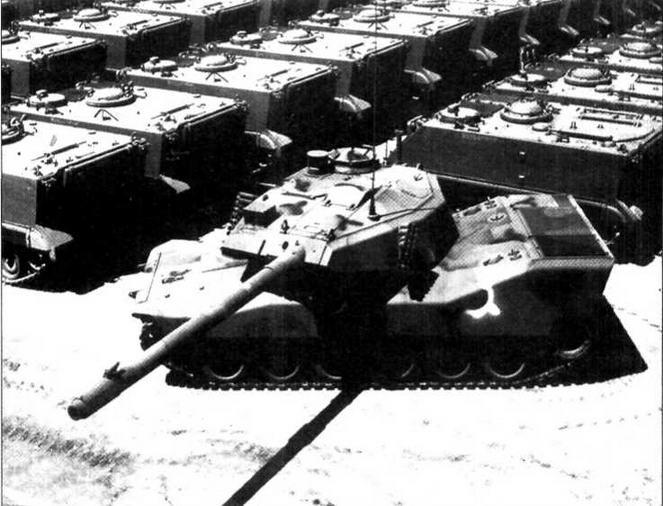 Легкий танк CCVL-2 во дворе сборочного завода фирмы «Фуд Мэшинэри Корпорейшн»