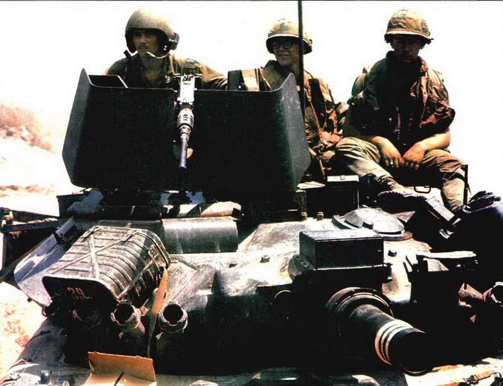 Легкий танк «Шеридан» во Вьетнаме. На машинах хорошо видны следы войсковой переделки, в частности — использование щитов, заимствованных у бронетранспортеров М113, для защиты крупнокалиберных пулеметов
