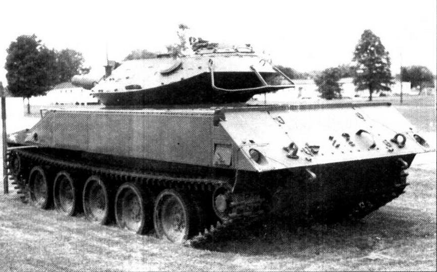 Предсерийный образец танка М551, вид с кормы. По периметру корпуса еще отсутствуют чехлы с водонепроницаемым ограждением для движения на плаву