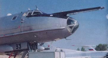 Носовая часть самолета, остекление кабины штурмана, штанга системы заправки топливом