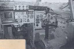 Проход между креслами летчиков. В левой верхней части индикатор тактической обстановки