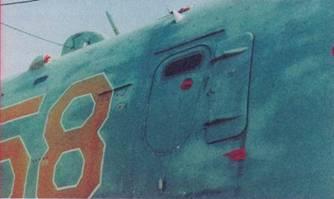 Входной люк в кабину радиста, впереди установлен откидной щиток