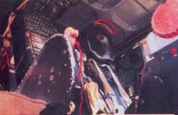 Рабочее место командира корабля, в верхней части заголовника скоба катапультной установки, красная ручка для аварийного отката кресла в заднее положение