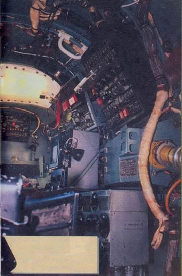 Кабина штурмана, правый борт. Впереди самописец АПМ-60Е, справа внизу командный прибор прицельно-вычислительного устройства