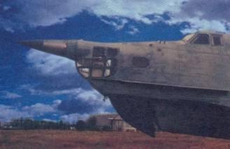 Слева: самолеты Бе-12 на экране РЛС «Инициатива-2Б». Внизу: самолет, на котором отрабатывалась система самонаведения ПКР «Москит»